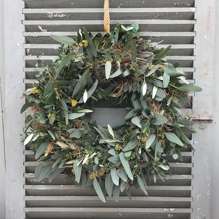 Adventstürkranz mit Eukalyptus